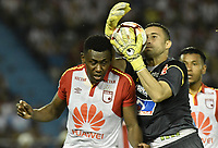 BARRANQUIILLA - COLOMBIA, 29-11-2018: Jose Luis Chunga (Der.) arquero de Junior disputa el balón con Hector Urrego (Izq.) del Santa Fe durante el encuentro entre Atlético Junior de Colombia e Independiente Santa Fe de Colombia por la semifinal, vuelta, de la Copa CONMEBOL Sudamericana 2018 jugado en el estadio Roberto Meléndez de la ciudad de Barranquilla. / Jose Luis Chunga (R) goalkeeper of Junior struggles for the ball with Hector Urrego (L) of Santa Fe during a semifinal second leg match between Atletico Junior of Colombia and Independiente Santa Fe of Colombia as a part of Copa CONMEBOL Sudamericana 2018 played at Roberto Melendez stadium in Barranquilla city.  Photo: VizzorImage / Gabriel Aponte / Staff