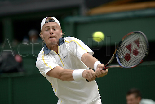 29 June 2005: Australian player Lleyton Hewitt (AUS) playing a double handed backhand during his quarter final match against Lopez at the All England Lawn Tennis Championships, Wimbledon, London. Hewitt won the match 7-5, 6-4, 7-6. Photo: Glyn Kirk/Actionplus..050629 man male mens gentlemens