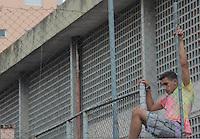 SÃO PAULO, SP, 26.11.2015 - PROTESTO-SP - Alunos que realizam ocupação em escola acionam a polícia alegando que a diretoria trancou os alunos isolando a ocupação dos demais estudantes que estão tendo aula normalmente na Escola Estadual Romeu de Moraes na rua Tonelero, 407 no bairro Vila Ipojuca região oeste da cidade de São Paulo nesta quinta-feira, 26. (Foto: Marcio Ribeiro/Brazil Photo Press)