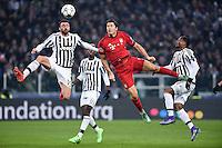 FUSSBALL CHAMPIONS LEAGUE  SAISON 2015/2016  ACHTELFINALE HINSPIEL Juventus Turin - FC Bayern Muenchen             23.02.2016 Andrea Barzagli (li, Juventus Turin) gegen Robert Lewandowski (re, FC Bayern Muenchen)
