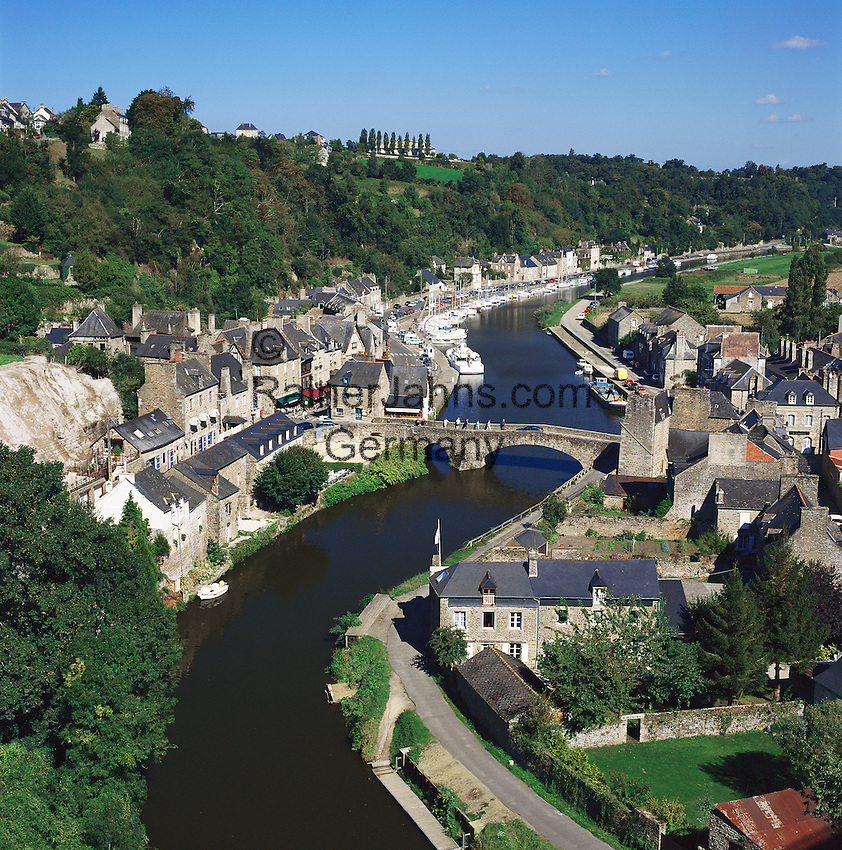 France, Brittany, Département Côtes-d'Armor, Dinan: View over Old Town and River Rance | Frankreich, Bretagne, Département Côtes-d'Armor, Dinan: Stadt an der Rance