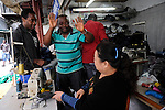 CHINA Guangzhou , african trader buy  textiles in export- and wholesale markets which the ship to Africa for their shops, Canaan Export Center, Nigerian Ikechukwu Nwanzi   / CHINA , Provinz Guangdong , Metropole Guangzhou (Kanton) , Haendler aus Afrika kaufen in Grosshandels-/Exportmaerkten Textilien fuer Ihre Laeden in Afrika ein, Canaan Export Center, Nigerianer Ikechukwu Nwanzi beim Einkauf