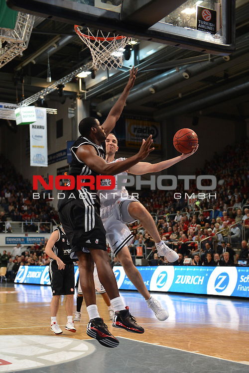 18.10.2012, Trolli-Arena, Fuerth, GER, EL, Euroleague, Brose Baskets Bamberg - Besiktas Istanbul. Im Bild:<br /> <br /> Muratan GULRER (Besiktas Istanbul / rechts) beim Korbwurf. Sharrod FORD (Brose Baskets Bamberg / links) versucht zu blocken. Action / Aktion<br /> Foto &copy; nph / Merz