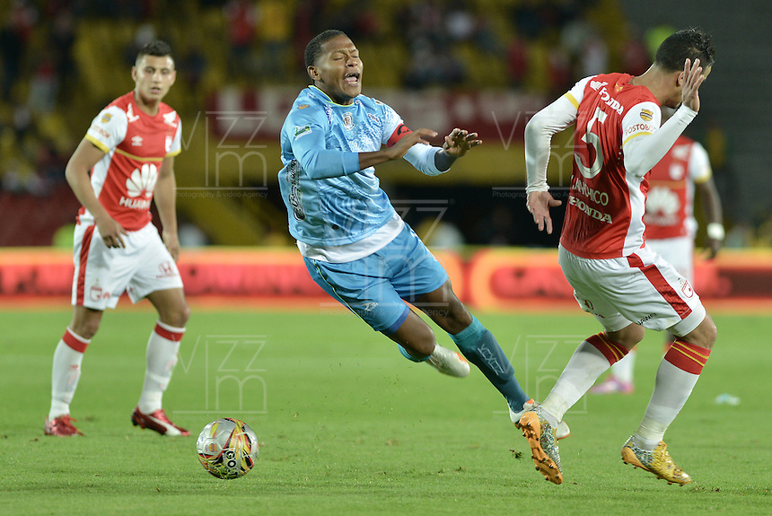 BOGOTÁ -COLOMBIA, 25-04-2015. Yulian Anchico (Der.) jugador de Independiente Santa Fe disputa el balón con Wilder Salazar (Izq.) jugador de Jaguares FC durante partido entre Independiente Santa Fe y Jaguares FC por la fecha 17 de la Liga Aguila I 2015 jugado en el estadio Nemesio Camacho El Campin de la ciudad de Bogota. / Yulian Anchico (R) player of Independiente Santa Fe struggles for the ball with Wilder Salazar (L) player of Jaguares FC during a match between Independiente Santa Fe and Jaguares FC for the 17th date of the Liga Aguila I 2015 played at Nemesio Camacho El Campin Stadium in Bogota city. Photo: VizzorImage/ Gabriel Aponte / Staff