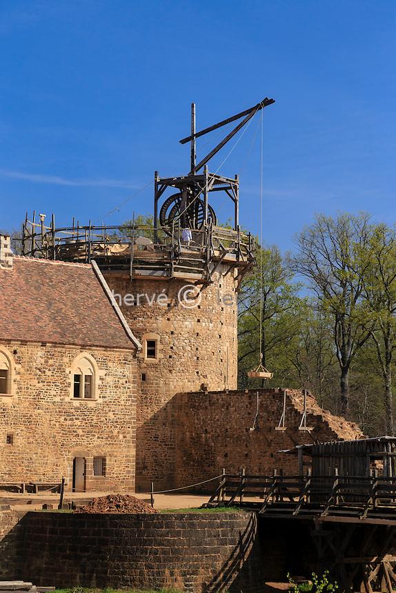 France, la Puisaye, Yonne (89), Treigny, château de Guédelon, chantier de construction d'un château médiéval, la tour du château // France, the Puisaye, Yonne, Treigny, Guedelon castle, medieval construction project