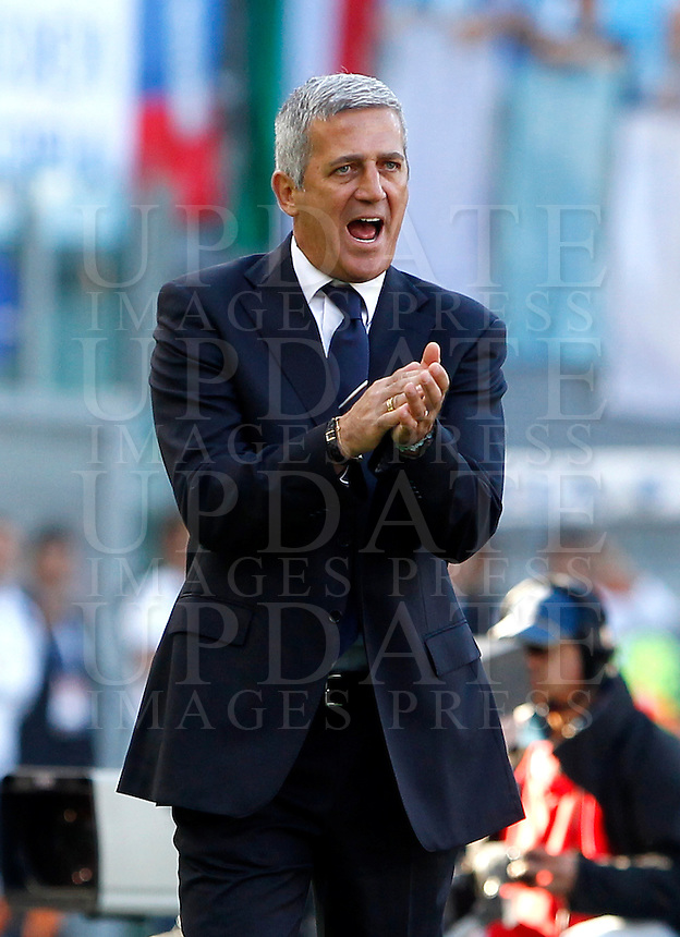 Calcio, finale di Coppa Italia: Roma vs Lazio. Roma, stadio Olimpico, 26 maggio 2013..Lazio coach Vladimir Petkovic, of Bosnia, incites his players during the Italian Cup football final match between AS Roma and Lazio at Rome's Olympic stadium, 26 May 2013..UPDATE IMAGES PRESS/Isabella Bonotto....