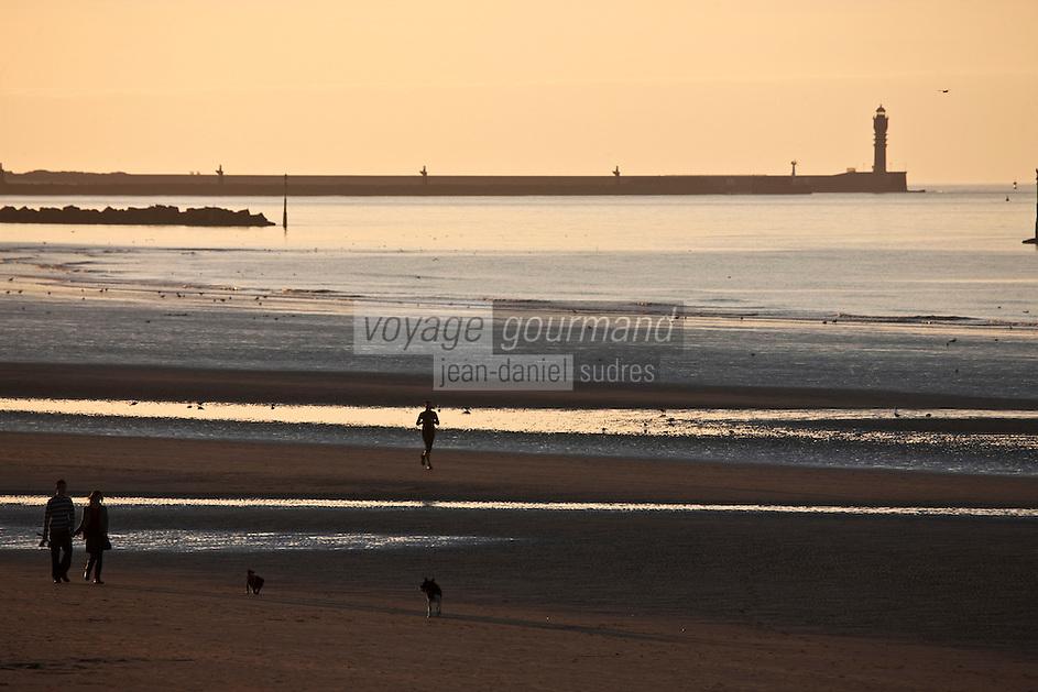 Europe/France/Nord-Pas-de-Calais/59/Nord/Malo-les-Bains: La plage   sur la Côte d'Opale et en fond  la zone industrielle portuaire de Dunkerque