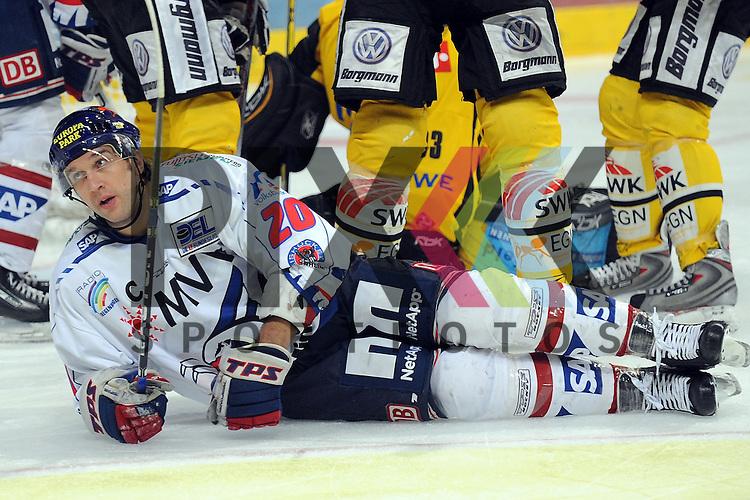 Mannheim 25.11.2008, Deutsche Eishockey Liga, Adler Mannheim - Krefeld Pinguine, Mannheims Rene Corbert kommt vor dem Krefelder Tor zum Fall<br /> <br /> Foto &copy; Rhein-Neckar-Picture *** Foto ist honorarpflichtig! *** Auf Anfrage in hoeherer Qualitaet/Aufloesung. Belegexemplar erbeten. Veroeffentlichung ausschliesslich fuer journalistisch-publizistische Zwecke. For editorial use only.
