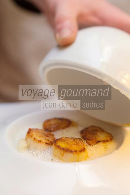 Europe/France/Bretagne/56/Morbihan/Kervignac: Noix de saint-jacques au beurre de saté, avec son sablé d'aubergine, recette d' Olivier Beurné  du Château de Locguenolé