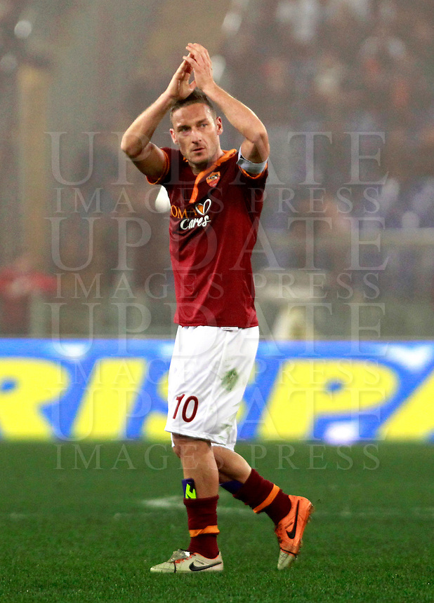 Calcio, quarti di finale di Coppa Italia: Roma vs Juventus. Roma, stadio Olimpico, 21 gennaio 2014.<br /> AS Roma forward Francesco Totti greets fans as he leaves the pitch during the Italian Cup round of eight final football match between AS Roma and Juventus, at Rome's Olympic stadium, 21 January 2014. AS Roma won 1-0.<br /> UPDATE IMAGES PRESS/Isabella Bonotto