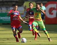 NEIVA-COLOMBIA-18-04-2018: Edwar Lopez (Der.) jugador de Atletico Huila disputa el balón con Michael Ortega (Izq.) jugador de Deportivo Pasto, durante partido entre Atletico Huila y Deportivo Pasto, de la fecha 16 por la Liga Aguila, I 2018 en el estadio Guillermo Plazas Alcid de Neiva. / Edwar Lopez (R), player of Atletico Huila vies for the ball with Michael Ortega (L) player of Deportivo Pasto, during a match of the 16th date for the Liga Aguila I 2018 at the Guillermo Plazas Alcid Stadium in Neiva city. Photo: VizzorImage  / Sergio Reyes / Cont.