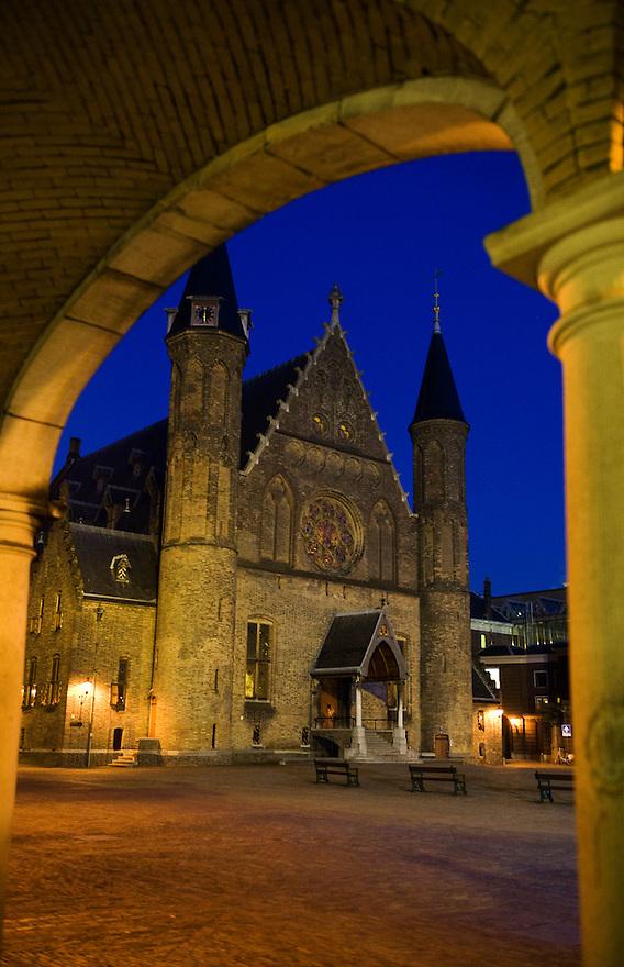 Nederland. Den Haag, 27 jan 2010.Het binnenhof in de avond.  Het markante gebouw van de ridderzaal symboliseert het centrum van de macht in nederland...Foto (c) Michiel Wijnbergh..