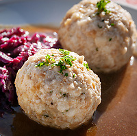 Deutschland, Bayern, Chiemgau, Inzell, Ortsteil Adlgass: Semmelknoedel mit Blaukraut im Forsthaus Adlgass | Germany, Upper Bavaria, Chiemgau, Inzell, district Adlgass: bread dumpling with red cabbage at Forester's House Adlgass