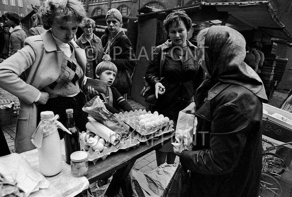 Poland, September, 1981 - A woman sells eggs in the main market of Gdansk. Food is in such short supply that even the cracked eggs sell.<br /> Pologne, septembre 1981 &ndash; Sur le march&eacute; principal de Gdansk, cette femme vend des &oelig;ufs, m&ecirc;mes les cass&eacute;es ont un prix...