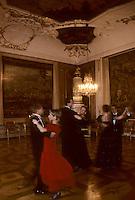 Europe/Autriche/Tyrol/Innsbruck: Soir de fête - Trois couples de danseurs