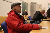 Gerd Schulmeyer (DKP/LL) betrachtet das Ergebnis