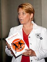 16-6-09, Rosmalen, Tennis, Ordina Open 2009, Symposium KNLTB, KNLTB voorzitter Karin van Bijleveld tijdens het uitrijken van het eerste exemplaar van het boek Ace of Brace van sportarts Babette Plijm