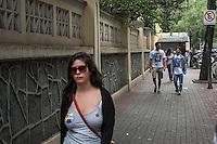SÃO PAULO, SP, 26.10.2014 - ELEIÇÕES 2014/ MOVIMENTAÇÃO NO COLÉGIO SION EM SÃO PAULO - Movimentação em frente ao colégio Sion , na região central de São Paulo, durante a votação do segundo turno para presidente, no começo da manhã deste domingo (26). (Foto: Taba Benedicto/ Brazil Photo Press)