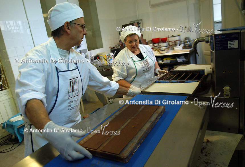 Artigiani a San Lorenzo , quartiere storico di Roma. Craftsmen in San Lorenzo, historic district of Rome. .Antica fabbrica di cioccolata, dal 1923, nello storico quartiere di San Lorenzo. Produzione di cioccolatini, torroni, uova di Pasqua..Old chocolate factory from 1923, in the historical district of San Lorenzo. Production of chocolate, nougat, Easter eggs....