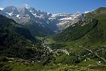 Cirque de Gavarnie vu depuis  le plateau de Saugué.Pyrénées centrales. Parc national des Pyrénées. Patrimoine mondial de l'Unesco. France.The French Pyrenees. France