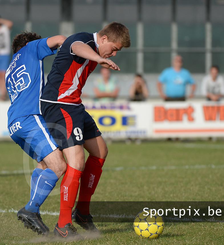 KSV Rumbeke - KVK Avelgem : Nick Ennaert (r) op de huid gezeten door Tom Claerbout (links) <br /> Foto VDB / Bart Vandenbroucke