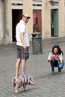 Roma 19-09-2014 Un uomo, Stefano passeggia a Piazza di Spagna con un maiale di nome Mirto tenendolo al guinzaglio.<br /> A man, Stefano leading a pig, named Mirto, in Spagna Square, just in front of the Spanish Steps<br /> Photo Samantha Zucchi Insidefoto