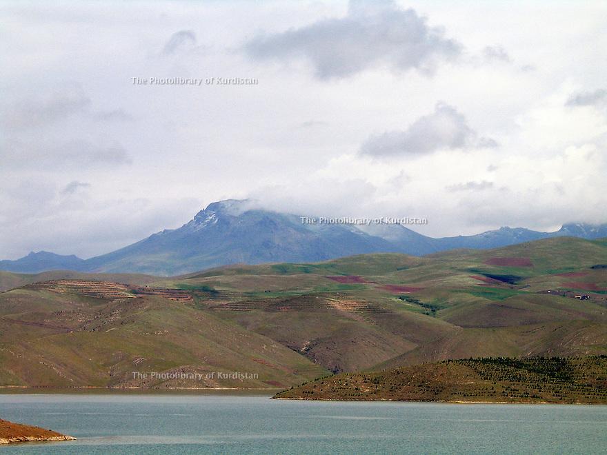 Iran 2004.Un lac dans la région de Sanandaj.Iran 2004.A lake near Sanandaj<br /> .ئیران سالی 2004 ، ده ریاچه یه ک له ناوچه ی سنه