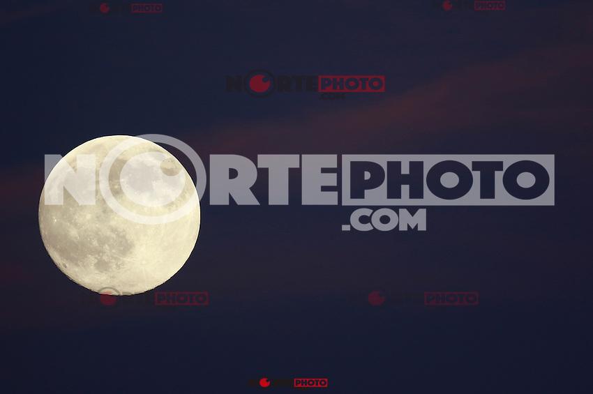 Luna llena ,durante el partido correspondiente a la Jornada 6 del torneo liga de Ascenso Mx 2015, realizado en estadio Sonora, entre  el  Club Celaya FC  vs Cimarrones FC. ***<br /> HermosilloSonora a 28 de agosto 2015.<br /> <br /> CreditoFoto:BaldemarDeLosLlanos/IconicaPhoto ****<br /> The Moon is the only natural satellite of Earth. With an equatorial diameter km1 3474 is the solar system's largest satellite fifth, while as compared to the proportional size of its planet is the largest satellite: one quarter the diameter of Earth and 1/81 its mass.<br /> Una de las primeras lunas llenas del a&ntilde;o 2013 se pudo apreciar hoy  antes del anocecer sobre el cielo al  oriente de la ciudad de Hermosillo, Sonora.<br /> La Luna es el &uacute;nico sat&eacute;lite natural de la Tierra. Con un di&aacute;metro ecuatorial de 3474 km1 es el quinto sat&eacute;lite m&aacute;s grande del Sistema Solar, mientras que en cuanto al tama&ntilde;o proporcional respecto de su planeta es el sat&eacute;lite m&aacute;s grande: un cuarto del di&aacute;metro de la Tierra y 1/81 de su masa. **  Foto&copy; : LuisGutierrez **