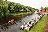 Nederland Den Bosch  2016 . De Bosch Parade op rivier de Dommel. De Bosch Parade is een kunstevenement in 's-Hertogenbosch. De optocht bestaat uit varende kunstwerken. Alle werken zijn geïnspireerd op de kunst van Jheronimus Bosch. Mensen wachten op de vaartuigen.  Foto  Berlinda van Dam / Hollandse Hoogte