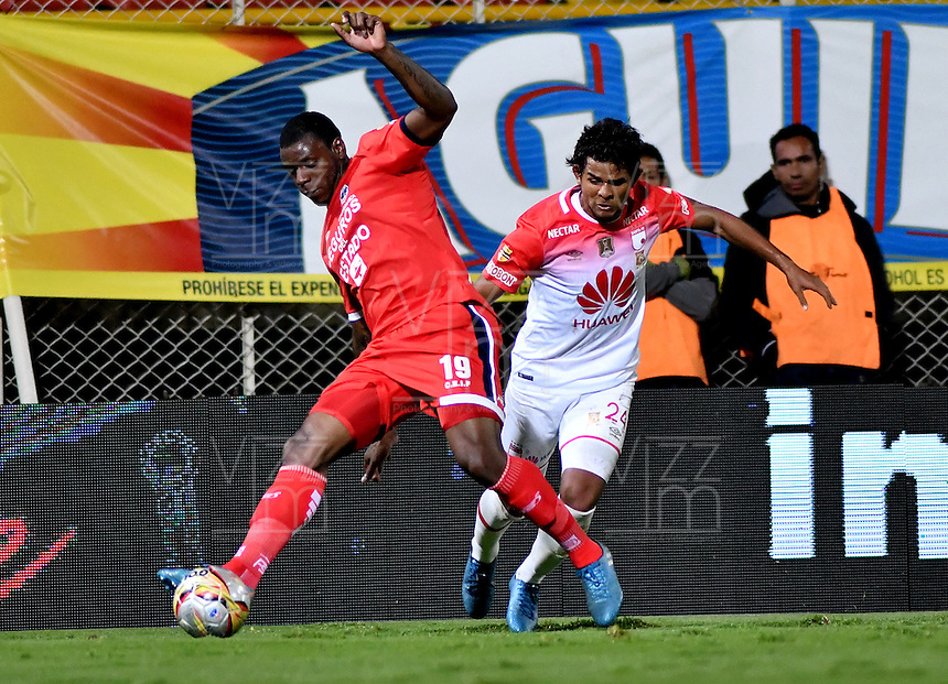 BOGOTA - COLOMBIA -29 -10-2016: Tardelis Peña (Izq.) jugador de Fortaleza C.E.I.F, disputa el balón con Humberto Osorio (Der.) jugador de Independiente Santa Fe, durante partido entre Fortaleza C.E.I.F, e Independiente Santa Fe, por la fecha 18 de la Liga Aguila II-2016, jugado en el estadio Metropolitano de Techo de la ciudad de Bogota. / Tardelis Peña (L) player of Fortaleza C.E.I.F, vies for the ball with con Humberto Osorio (R) player of Independiente Santa Fe, during a match between Fortaleza C.E.I.F, and Independiente Santa Fe, for the  date 18 of the Liga Aguila II-2016 at the Metropolitano de Techo Stadium in Bogota city, Photo: VizzorImage  / Luis Ramirez / Staff.