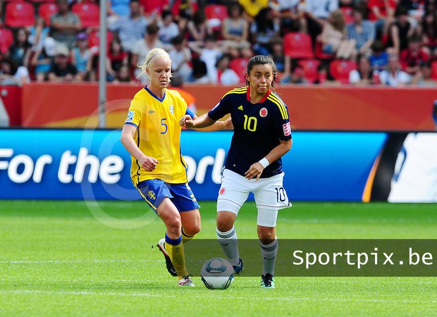 Fifa Women's World Cup Germany 2011 : Colombia - Sweden at Bayarena Leverkusen : Yoreli Rincon aan de bal voor Caroline Seger.foto DAVID CATRY / Vrouwenteam.be