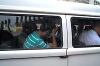SANTO ANDRE, SP, 16 DE FEVEREIRO 2012 - JULGAMENTO LINDEMBERG ALVES - CASO ELOA - Jurados chega no Forum de Santo Andre onde Lindemberg Alves, de 25 anos, pode prestar depoimento, no quarto dia do júri do caso Eloá. Ele é acusado pela morte da ex- namorada Eloá Cristina Pimentel, de 15 anos, em um conjunto habitacional de Santo André, em outubro de 2008. (FOTO: ADRIANO LIMA - BRAZIL PHOTO PRESS).