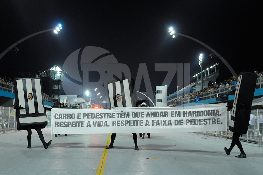 SAO PAULO, SP, 24 DE FEVEREIRO 2012 - DESFILE DAS CAMPEÃS DO CARNAVAL SP - NENÊ DE VILA MATILDE: Camapnha pelo respeito da faixa de pedestre antes da escola de samba Nenê de Vila Matilde no desfile das Campeãs do Carnaval 2012 de São Paulo, no Sambódromo do Anhembi, na zona norte da cidade, neste sábado.(FOTO: LEVI BIANCO - BRAZIL PHOTO PRESS).