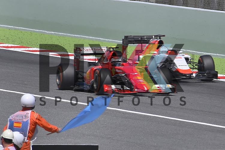 Barcelona, 10.05.15, Motorsport, Formel 1 GP Spanien 2015, Rennen : Blaue Flagge f&uuml;r Will Stevens (Marussia TBC, #28) gegen Kimi R&auml;ikk&ouml;nen (Ferrari SF15-T, #07)<br /> <br /> Foto &copy; P-I-X.org *** Foto ist honorarpflichtig! *** Auf Anfrage in hoeherer Qualitaet/Aufloesung. Belegexemplar erbeten. Veroeffentlichung ausschliesslich fuer journalistisch-publizistische Zwecke. For editorial use only.