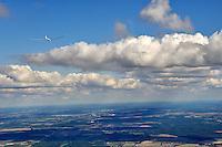 Wolkenstrasse: EUROPA, DEUTSCHLAND, MECKLENBURG VORPOMMERN, (EUROPE, GERMANY), 05.09.2010: Segelflugzeug, fliegen, Segelflug,   Aussenansicht, Luftbild, Luftansicht, Ausblick, Aussicht, Wolkenstrasse, Ausblick, steuern.