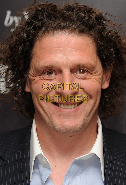Tuesday, October 06 2009    MARCO PIERRE WHITE STEPS INTO KEITH FLOYD&rsquo;S SHOES FOR AN EXCLUSIVE &lsquo;STIRRED BUT NOT SHAKEN&rsquo; BOOK SIGNING AT SELFRIDGES, LONDON.<br /> CAP/CK<br /> &copy;CK/Capital Pictures