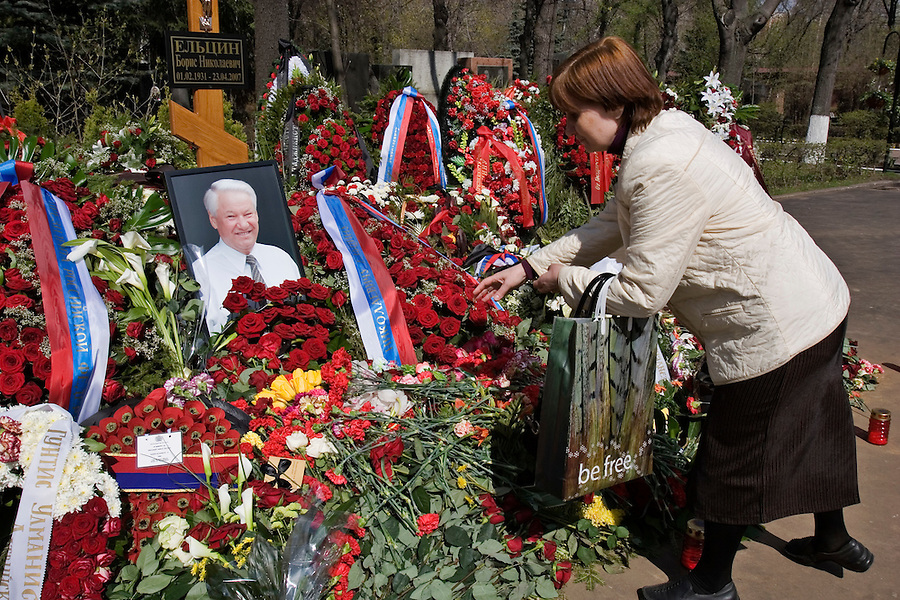 "Moscow, Russia, 26/04/2007..Russians visit Boris Yeltsin's grave to pay their last respects after Novodevichy Cemetery was  reopened to the public on the day following the former Russian President's funeral. A woman carrying a bag with the words ""be free"" lays flowers on the grave.."