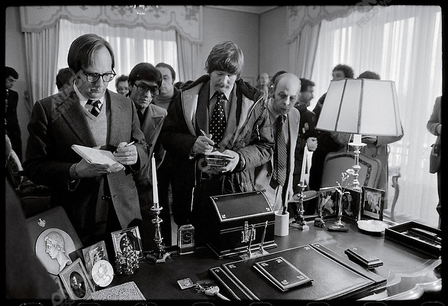 Foreign journalists in the shah's private office at Niavaran Palace. Tehran, January 17, 1979