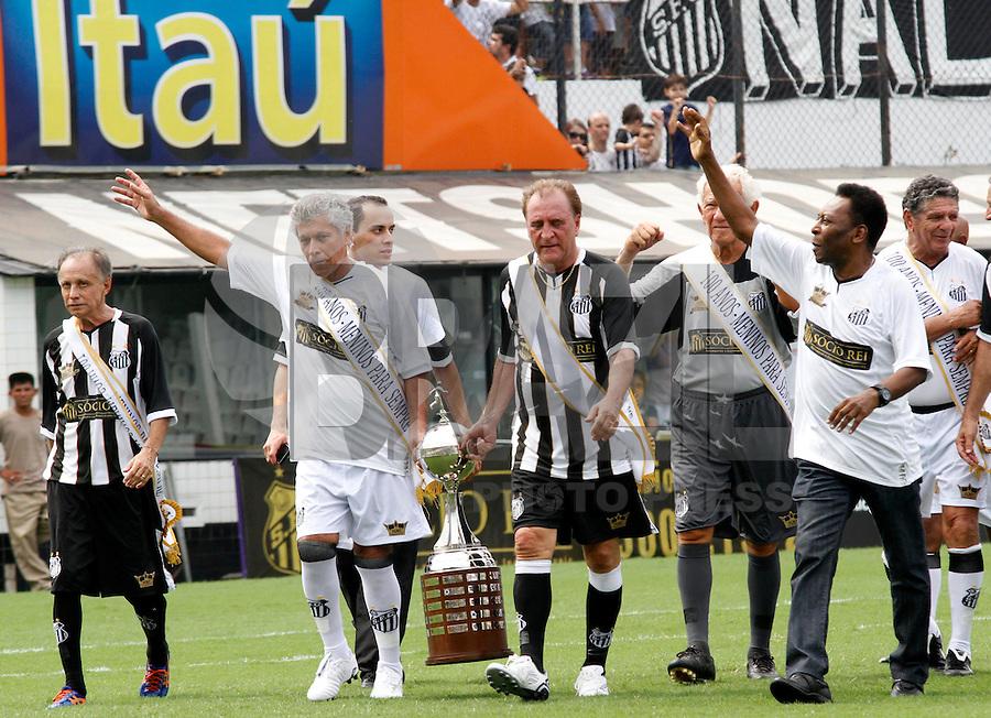 SANTOS,SP,14 ABRIL 2012 - CENTEN&Aacute;RIO SANTOS FC JOGO AMISTOSO EX JOGADORES.<br /> Clodoaldo (e) e Pel&eacute; ex jogador do Santos durante partida amistosa realizada na manh&atilde; de hoje na Vila Belmiro em comemora&ccedil;&atilde;o ao centen&aacute;rio do clube.FOTO ALE VIANNA - BRAZIL PHOTO PRESS.