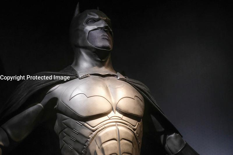 BATMAN, COSTUME PORTE PAR CHRISTIAN BALE, BATMAN BEGINS, 2005 - EXPOSITION DC COMICS 'L'AUBE DES SUPER-HEROS' A ART LUDIQUE-LE MUSEE, PARIS, FRANCE, LE 31/03/2017.