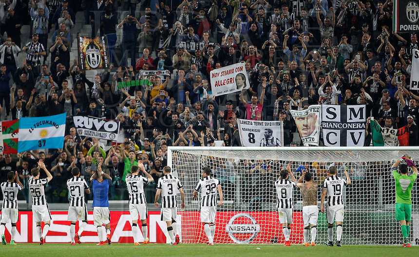 Calcio, quarti di finale di andata di Champions League: Juventus vs Monaco. Torino, Juventus stadium, 14 aprile 2015.<br /> Juventus players greet fans during the Champions League quarterfinals first leg football match between Juventus and Monaco at Juventus stadium, 14 April 2015.<br /> UPDATE IMAGES PRESS/Isabella Bonotto