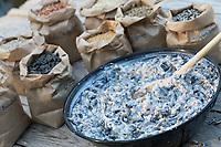 Selbstgemachte Fettfuttermischung, Kokosfett wurde in der Pfanne erhitzt, dann wurde eine Körnermischung hinzugeschüttet, schließlich muss die fertige Mischung noch abkühlen und erhärten, Fettfutter aus Kokosfett, Sonenblumenkernen, Erdnussbruch, Körnermix, Körnermischung, Sonnenblumenöl, Vogelfutter selbst herstellen, Vogelfutter selber machen, Vogelfutter selbermachen, Vogelfütterung, Fütterung, bird's feeding