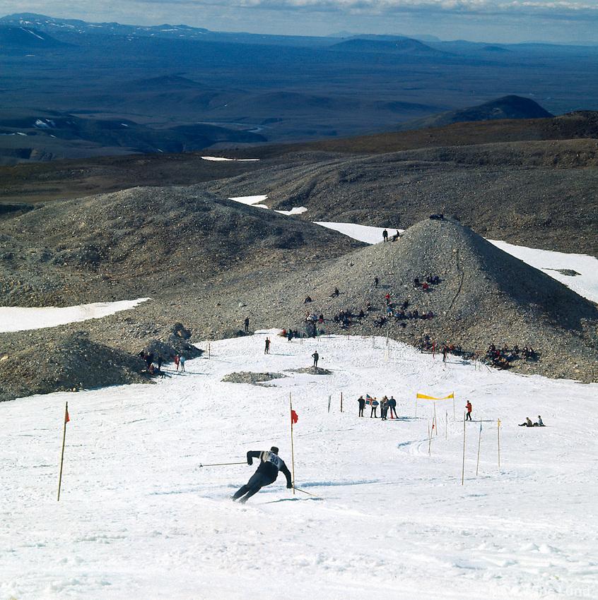 Sumarsk&iacute;&eth;akeppni &iacute; Kerlingarfj&ouml;llum, 1967<br /> <br /> Summer ski contest in the Kerlingarfj&ouml;ll mountains, 1967