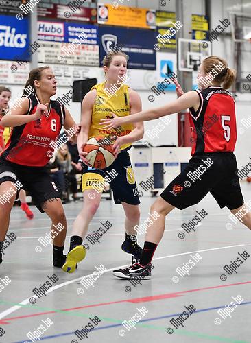 2016-11-26 / Basketbal / Seizoen 2016-2017 / Okido Arendonk - Zuiderkempen / Juchtmans (Okido) tussen Van de Keybus (l.) en Luyckx<br /> <br /> ,Foto: Mpics.be