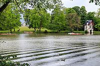 France, Loiret (45), Olivet, la Promenade des moulins le long du Loiret, garage à bâteau de la Quétonnière et aviron // France, Loiret, Olivet, the Promenade des Moulins along the Loiret, boat garage of Quetonnière and rowing