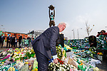 24.04.2019 John Greig lays a wreath on behalf of Rangers at Billy McNeill's statue