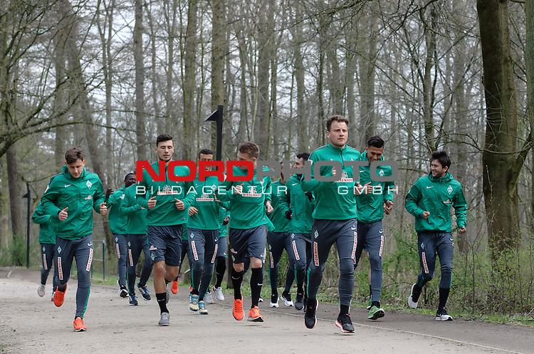 07.04.2015, B&uuml;rgerpark, Bremen, GER, 1.FBL, Training Werder Bremen, im Bild Maximilian Eggestein (Bremen #35), Lukas Fr&ouml;de / Froede (Bremen #39), Janek Sternberg (Bremen #37), Philipp Bargfrede (Bremen #44)<br /> <br /> Foto &copy; nordphoto / Frisch