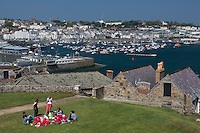 Royaume-Uni, îles Anglo-Normandes, île de Guernesey, Saint Peter Port: Castle Cornet: pique-nique d' une école maternelle// United Kingdom, Channel Islands, Guernsey island, Saint Peter Port: Castle Cornet, picnic of a nursery school