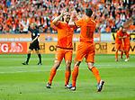 Nederland, Amsterdam, 2 juni 2012.Oefenwedstrijd .Nederland-Noord Ierland.Robin van Persie (r.) van Nederland en Ron Vlaar (l.) van Nederland geven elkaar een high five