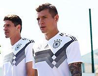 Mario Gomez (Deutschland Germany) und Toni Kroos (Deutschland Germany) - 05.06.2018: Training der Deutschen Nationalmannschaft zur WM-Vorbereitung in der Sportzone Rungg in Eppan/Südtirol